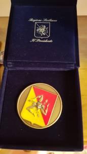La medaglia assegnata dal Presidente della Regione Sicilia Nello Musumeci